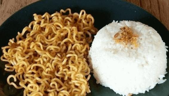 Apakah Mie Instant dan Nasi bolehkah di makan berbarengan?