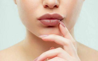 Bener Gak Sih? Sering Memakai Lipstik Tiap Hari Bikin Bibir Jadi Gelap